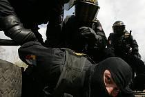 Cvičení policejních těžkooděnců