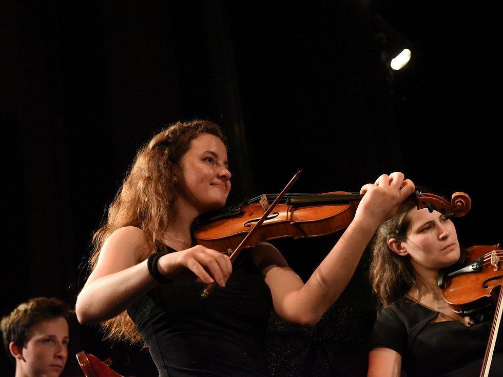 Z výročního koncertu smyčcového orchestru Archi v Městském divadle v Kolíně.