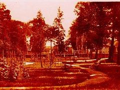 Partie z městského parku (sadu) v Plaňanech na historických pohlednicích ze sbírky Jaroslava Štefla
