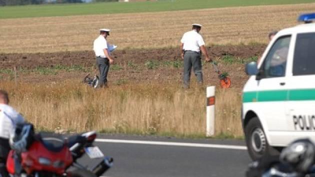 Následky hazardu. Riskantní a velmi svižná jízda, v níž se řada motocyklistů doslova vyžívá, končí často tragicky.