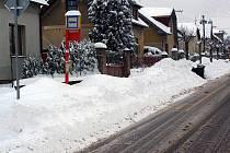 Kostelec nad Černými lesy. 11. ledna 2010 Autobusová zastávka na Černé Voděrady, lidé nemají kam vystoupit ani kde nastoupit