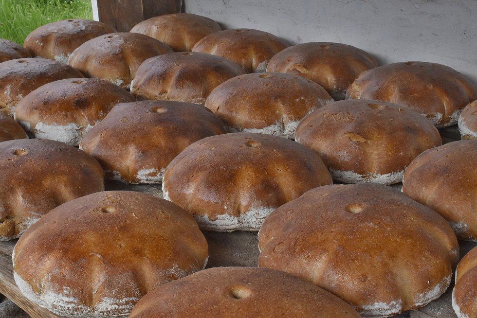 Z neveřejného pečení chleba v replice historické pece ve Štolmíři.