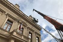 Vázy na střeše budovy radnice v Českém Brodě nahradily repliky vyrobené podle jediného originálu, který se podařilo zachránit.