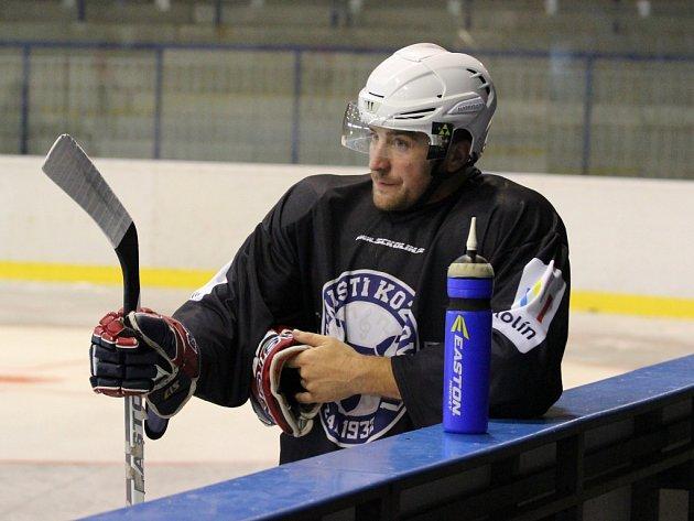 LUKÁŠ SKOKAN si spolu se svými spoluhráči zvyká na tréninkové dávky na ledě