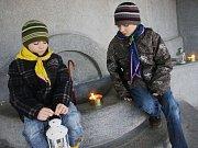 Skauti rozdávali Betlémské světélko na kolínské Vodárně.