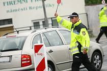 Městská policie na Modrém bodu pomáhá chodcům přejít rušnou křižovatku