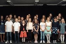 Účastníci soutěže v sólovém zpěvu na 4. základní škole v Kolíně.