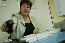 Romana Tvrdíková (40) vystudovala Gymnázium v Kolíně a poté absolvovala Vysokou školu zemědělskou v Praze, kde získala titul inženýrka. Od roku 1989 do roku 1992 pracovala jako zootechnička. Po mateřské dovolené v roce 2000 začala podnikat v účetnictví.