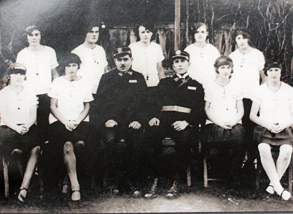 Cerhenický sbor dobrovolných hasičů měl mezi svými členy i družstvo dorostenek. Fotografie z roku 1938 je toho důkazem.