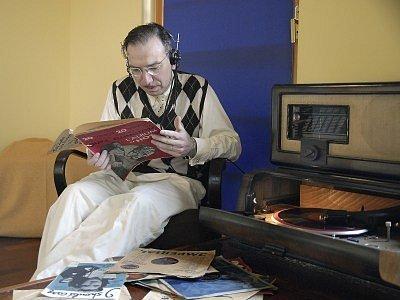 """Nejlepší relax – u gramofonu při přehrávání čerstvých swingových """"kousků""""."""