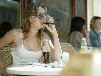 Posezení na předzahrádkách restaurací a kaváren patří k oblíbeným zpestřením příjemných letních dní.