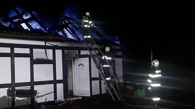 Na místě zasahovalo několik jednotek profesionálních i dobrovolných hasičů.