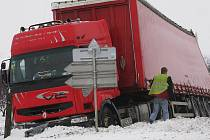 Kamion sjel mimo vozovku u Libenic.