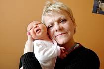 Kateryna Kuzma se rozkřičela 22. února 2016. Po narození se pyšnila mírami 50 centimetrů a 3940 gramů. V Kolíně se z ní raduje nejen maminka Oksana, ale také babička, se kterou je na snímku.