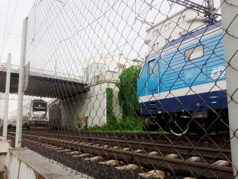 K vlakovému neštěstí mnoho nechybělo.