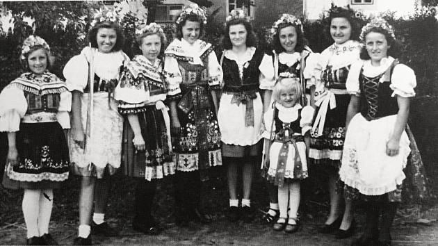 Mladé slečny z Křečhoře i z Radosvesnic na dožínkové slavnosti roku 1945.