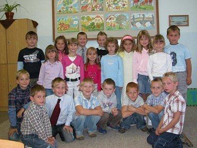 Děti z 1. A třídy sedmé kolínské základní školy. Paní učitelka Zuzana Literová prvňáčky srdečně ve škole přivítala a děti ji pozorně poslouchaly.
