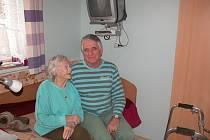 Senior dům Felicita na Vyžlovce - Majitel Josef Strouhal s jednou z obyvatelek