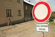 Ulice Sladkovského v Zásmukách - zákaz vjezdu mimo dopravní obsluhu.