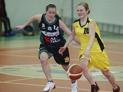 Simona Katrnošková (vpravo) nastřílela dva body.