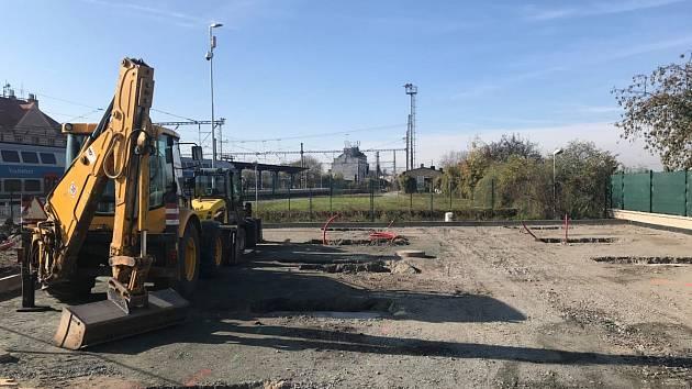 Z výstavby parkoviště typu B+R u nádraží v Českém Brodě.