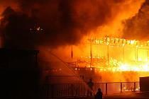 Požár tribuny na fotbalovém stadionu AFK Kolín ve čtvrtek 23. října 2008.