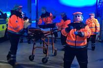 Taneček kolínských zdravotnických záchranářů o tom, jak se chovat v aktuální koronavirové situaci.