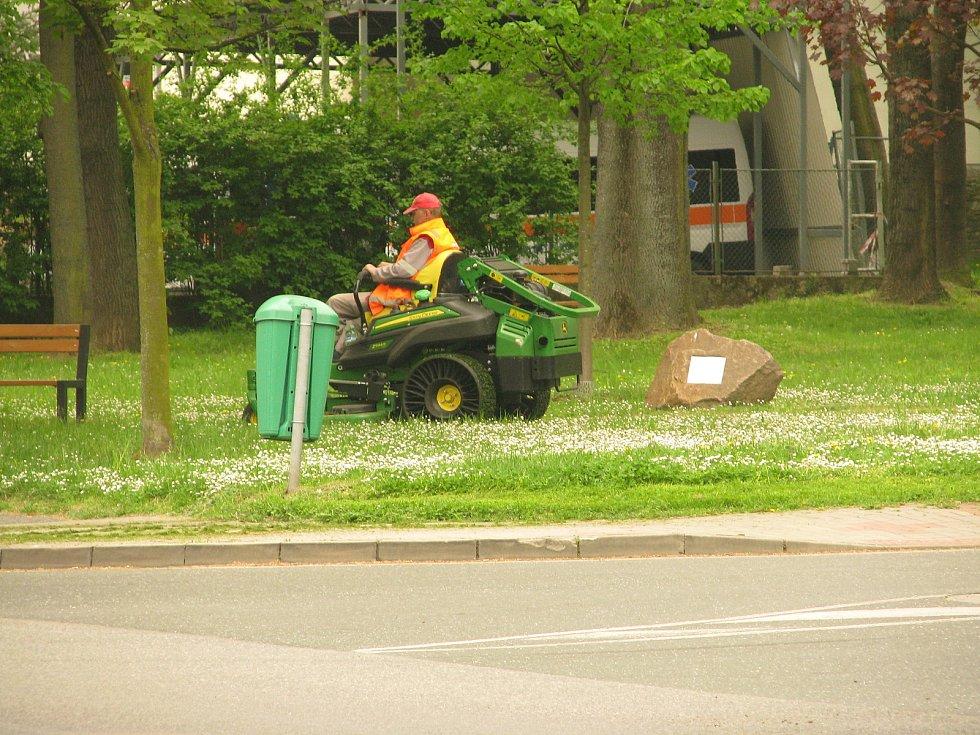 Sekání městských zelených ploch v Kolíně.