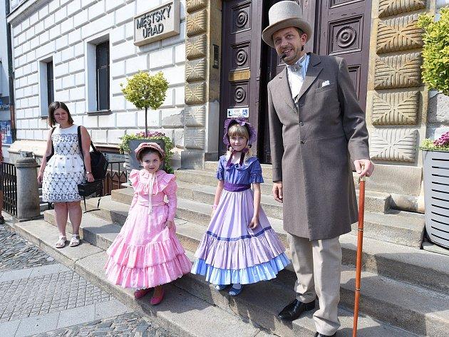 Kostýmovanou procházkou Kolínem neoficiálně začal letošní Kmochův Kolín