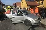 Zraněná řidička po nehodě ve Ždánicích byla vyproštěna pomocí hydraulického zařízení.