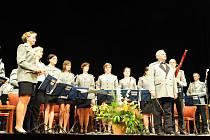 Směsí nazvanou Takový byl Kmoch, ale i jiné hudební akce, začal v úterý večer Jarní koncert velkého dechového orchestru pojmenovaného Harmonie 1872 Kolín s podtitulem .... takový byl Kmoch v kolínském Městském divadle.