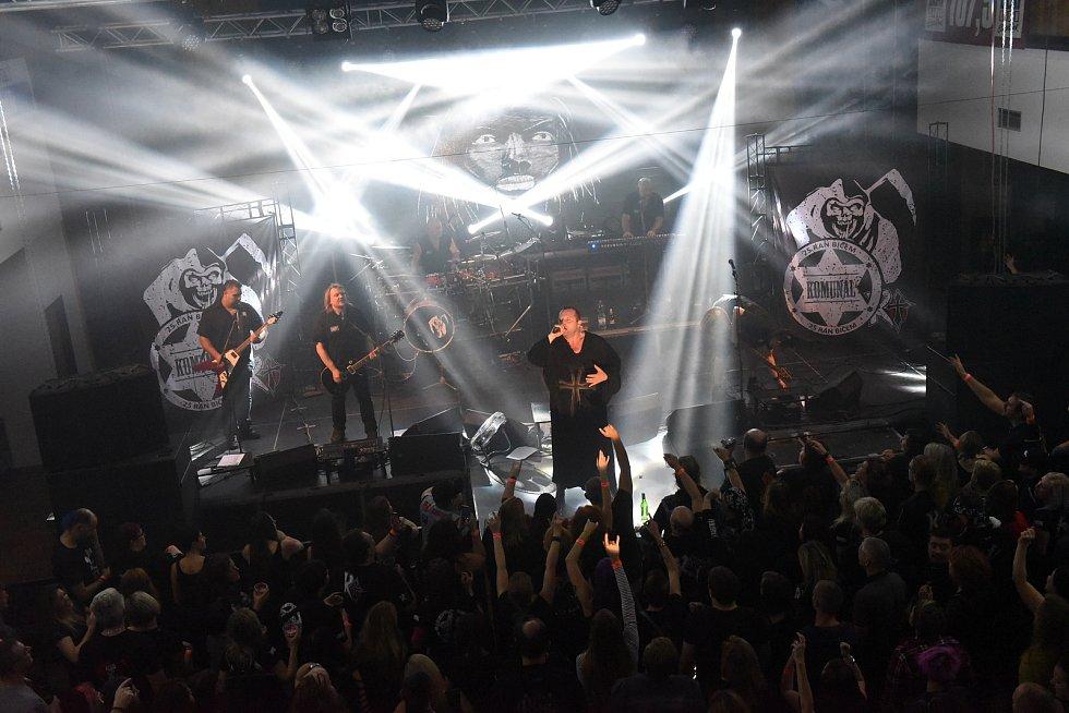 Z koncertu kapel De Bill Heads a Komunál vMěstském společenském domě vKolíně.