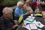 Z mezigeneračního setkání v Kolíně s názvem Babičko, dědečku pojďte s námi do lesa.