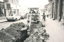 Výkopové práce při rekonstrukci Kouřimské ulice v Kolíně v roce 1996.