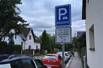V ulicích přibývá dopravní značení vymezující nový parkovací systém.