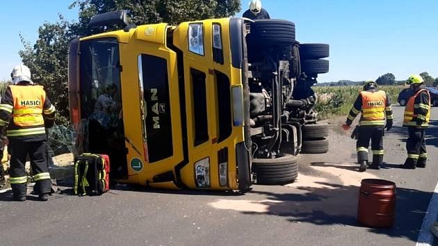 Nehoda náklaďáku mezi obcemi Zlatá a Sluštice.
