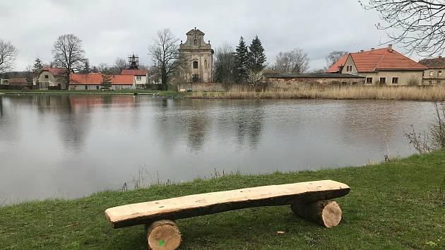 Pracovníci Městských lesů Český Brod vyrobili lavičky a umístili je do krajiny, odkud se naskýtá leckdy krásný výhled.