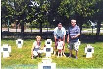 Jaroslava Nováková u hrobu svého dědečka v Itálii spolu s manželem Jindřichem, synem Radkem a vnukem Radečkem