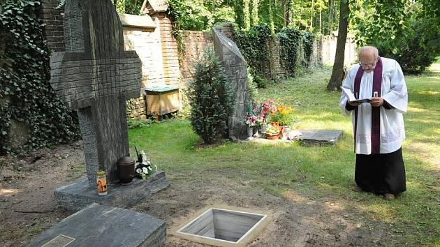 Na kolínském hřbitově přibyl další umělecký pomník