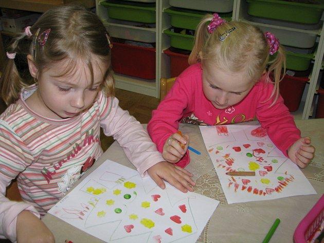 Jak děti z Mateřské školy Klubíčko Kolín chystaly výrobky na vánoční výstavu v muzeu
