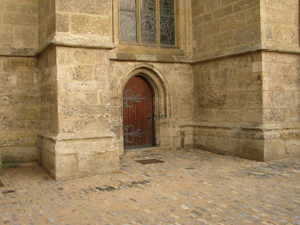 Zádveří chrámu sv. Bartoloměje v Kolíně ve směru od Staré školy.