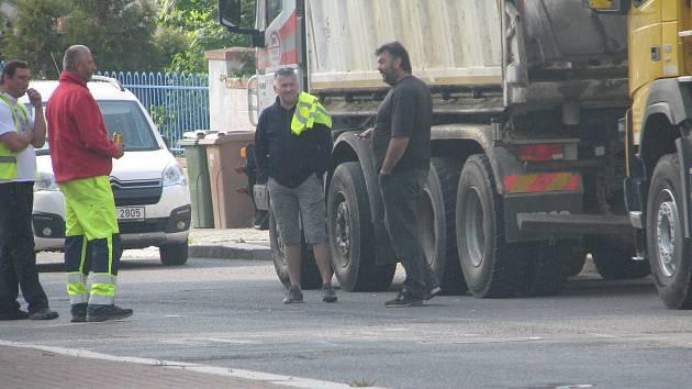 Rekonstrukce povrchu silnice v Žitomířské ulici v Českém Brodě.