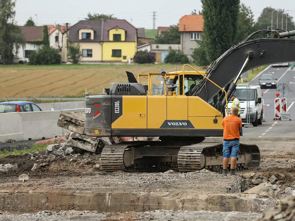Přeložka na silnici I/12 kvůli rekonstrukci mostu u Přistoupimi a Českého Brodu.
