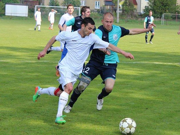 LUKÁŠ HARTIG (v souboji vpravo) povede opět mužstvo Býchor v I.B třídě jako hrající trenér