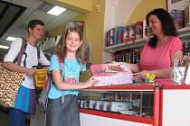 Začátek školního roku se blíží, a tak Nikolka z Kolína vybírala ve středu s maminkou školní potřeby v papírnictví na Karlově náměstí. Ani ne za týden Nikolka nastupuje do páté třídy.