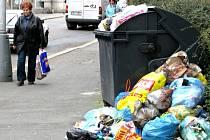 Pražská ulice v Kolíně. Na obdiv je pro kolemjdoucí připravená hromada odpadků.
