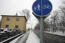 Na hojně využívané cyklostezce v Sendražicích podle občanů citelně chybí odpadkové koše.