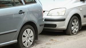 Prořezané pneumatiky u aut v Družstevní ulici v Kolíně