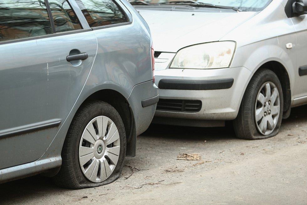 Propíchané pneumatiky aut zaparkovaných v Družstevní ulici v Kolíně.