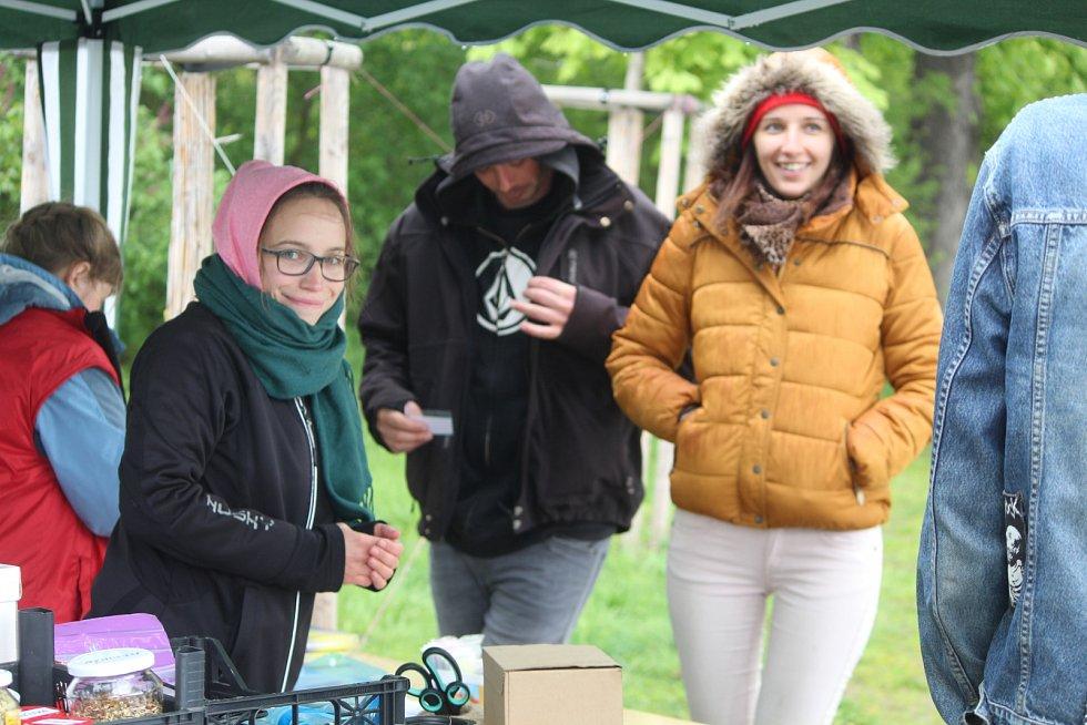 Počasí organizátorům příliš nepřálo, přesto se do úklidu zapojilo na třicet dobrovolníků.